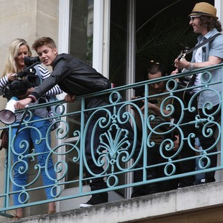 Justin Bieber - Justin Bieber Performs for His Fans from The Balcony of Universal Music Headquarters