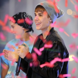 Justin Bieber - Justin Bieber Performs as He Switches The Christmas Lights On