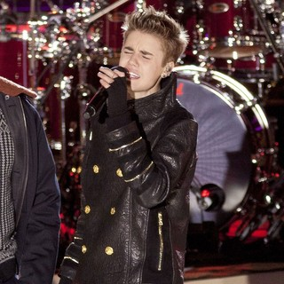 Justin Bieber in Justin Bieber Performs for The Pre-Taping of The Rockefeller Center Christmas Tree Lighting Special