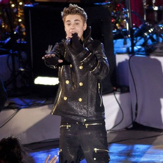 Justin Bieber - Justin Bieber Performs for The Pre-Taping of The Rockefeller Center Christmas Tree Lighting Special