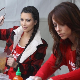 Kim Kardashian, Jennifer Love Hewitt in 75th Anniversary of The Los Angeles Mission Serving Thanksgiving Dinner to The Homeless