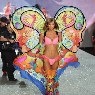 Karlie Kloss in The 2013 Victoria's Secret Fashion Show
