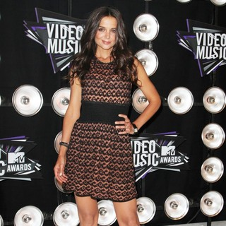 Katie Holmes in 2011 MTV Video Music Awards - Arrivals - katie-holmes-2011-mtv-vmas-03