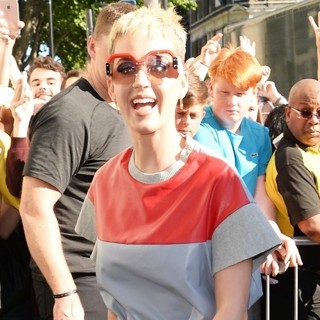 Katy Perry - Katy Perry Greets Fans Before Her Gig at The Water Rats