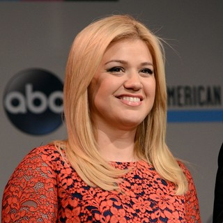 Kelly Clarkson in 2013 Annual American Music Awards Nominees Announcement - kelly-clarkson-2013-annual-american-music-awards-nominees-01