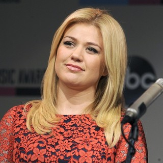 Kelly Clarkson in 2013 Annual American Music Awards Nominees Announcement - kelly-clarkson-2013-annual-american-music-awards-nominees-03