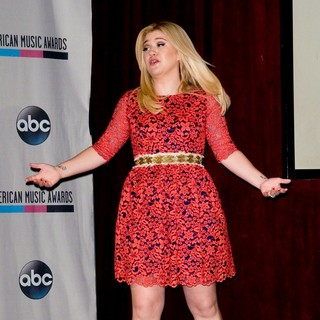 Kelly Clarkson in 2013 Annual American Music Awards Nominees Announcement - kelly-clarkson-2013-annual-american-music-awards-nominees-04