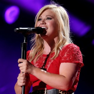 Kelly Clarkson in The 2013 CMA Music Festival - Day 3 - kelly-clarkson-2013-cma-music-festival-01