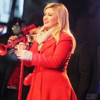 Kelly Clarkson Performing Live at 2013 Rockefeller Center Christmas Tree Lighting - kelly-clarkson-2013-rockefeller-center-christmas-tree-lighting-01