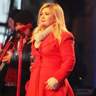 Kelly Clarkson Performing Live at 2013 Rockefeller Center Christmas Tree Lighting - kelly-clarkson-2013-rockefeller-center-christmas-tree-lighting-02