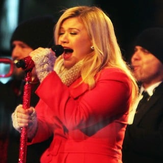 Kelly Clarkson Performing Live at 2013 Rockefeller Center Christmas Tree Lighting - kelly-clarkson-2013-rockefeller-center-christmas-tree-lighting-03