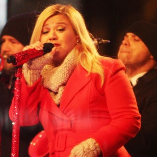 Kelly Clarkson Performing Live at 2013 Rockefeller Center Christmas Tree Lighting - kelly-clarkson-2013-rockefeller-center-christmas-tree-lighting-04