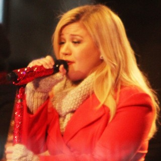 Kelly Clarkson Performing Live at 2013 Rockefeller Center Christmas Tree Lighting - kelly-clarkson-2013-rockefeller-center-christmas-tree-lighting-05