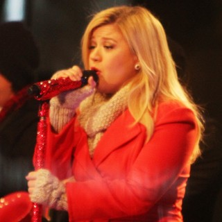 Kelly Clarkson Performing Live at 2013 Rockefeller Center Christmas Tree Lighting - kelly-clarkson-2013-rockefeller-center-christmas-tree-lighting-06