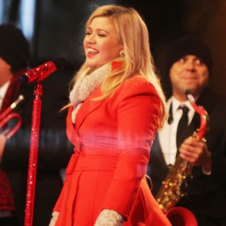 Kelly Clarkson Performing Live at 2013 Rockefeller Center Christmas Tree Lighting - kelly-clarkson-2013-rockefeller-center-christmas-tree-lighting-07