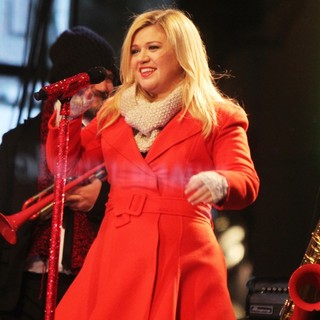 Kelly Clarkson Performing Live at 2013 Rockefeller Center Christmas Tree Lighting - kelly-clarkson-2013-rockefeller-center-christmas-tree-lighting-08