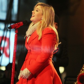 Kelly Clarkson Performing Live at 2013 Rockefeller Center Christmas Tree Lighting - kelly-clarkson-2013-rockefeller-center-christmas-tree-lighting-09