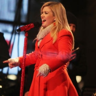 Kelly Clarkson Performing Live at 2013 Rockefeller Center Christmas Tree Lighting - kelly-clarkson-2013-rockefeller-center-christmas-tree-lighting-10