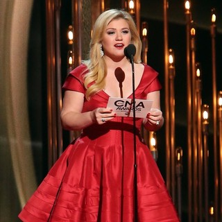 Kelly Clarkson in 47th Annual CMA Awards - Show