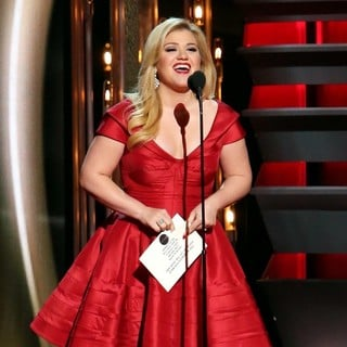 Kelly Clarkson in 47th Annual CMA Awards - Show - kelly-clarkson-47th-annual-cma-awards-show-02