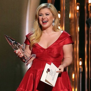 Kelly Clarkson in 47th Annual CMA Awards - Show - kelly-clarkson-47th-annual-cma-awards-show-03