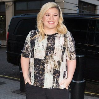 Kelly Clarkson Arriving at The Radio 1 Studio - kelly-clarkson-arriving-at-the-radio-1-studio-02
