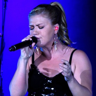 Kelly Clarkson in Kelly Clarkson and The Fray Performing