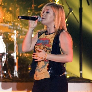 Kelly Clarkson Performing at The Braehead Arena - kelly-clarkson-performing-at-braehead-arena-03