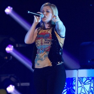 Kelly Clarkson Performing at The Braehead Arena