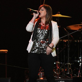 Kelly Clarkson in The Y100 Jingle Ball 2011