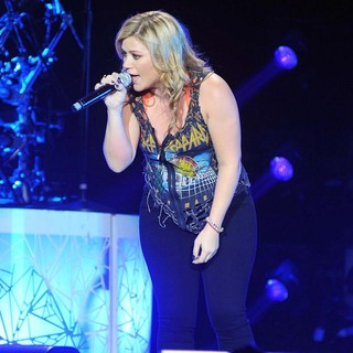 Kelly Clarkson Kicks Off The Start of Her Stronger Tour