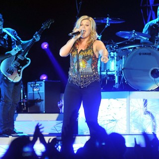 Kelly Clarkson in Kelly Clarkson Kicks Off The Start of Her Stronger Tour