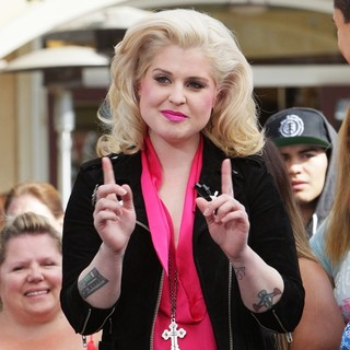 Kelly Osbourne in Film An Appearance for The Entertainment Television News Programme Extra