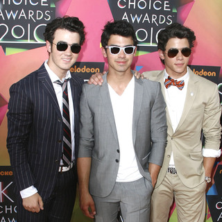 Kevin Jonas, Nick Jonas, Joe Jonas, Jonas Brothers in Nickelodeon's 23rd Annual Kids' Choice Awards - Arrivals