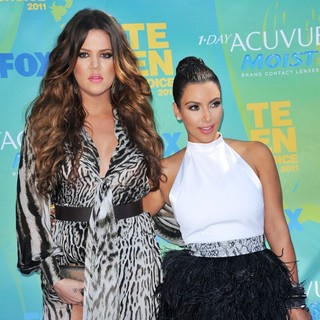 Khloe Kardashian, Kim Kardashian in 2011 Teen Choice Awards