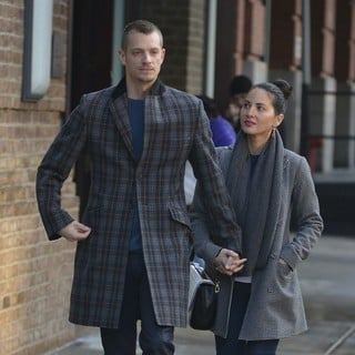 Joel Kinnaman, Olivia Munn in Joel Kinnaman and Olivia Munn walking in Tribeca
