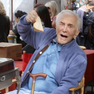 Kirk Douglas in 75th Anniversary of The Los Angeles Mission Serving Thanksgiving Dinner to The Homeless - kirk-douglas-75th-anniversary-la-mission-serving-thanksgiving-dinner-05