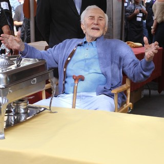 Kirk Douglas in 75th Anniversary of The Los Angeles Mission Serving Thanksgiving Dinner to The Homeless - kirk-douglas-75th-anniversary-la-mission-serving-thanksgiving-dinner-06