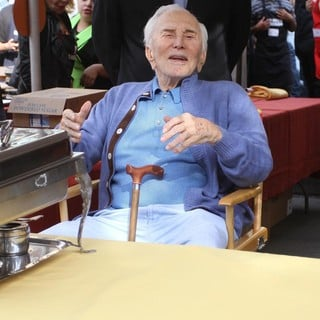Kirk Douglas in 75th Anniversary of The Los Angeles Mission Serving Thanksgiving Dinner to The Homeless