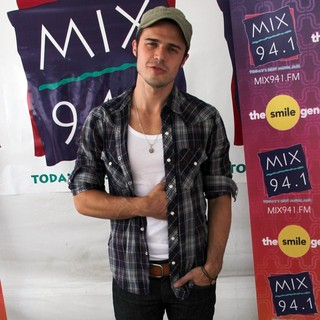 Kris Allen - Mix 94.1's Pet-A-Palooza
