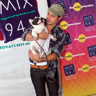 Kris Allen in Mix 94.1's Pet-A-Palooza