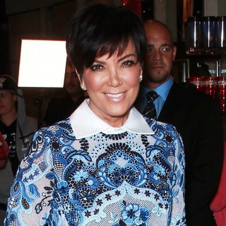 Kris Jenner Makes A Solo Appearance for A Fan Meet-and-Greet Opportunity - kris-jenner-fan-meet-and-greet-opportunity-04