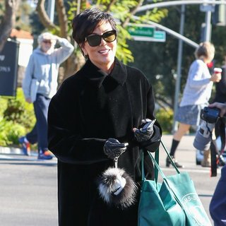 Kris Jenner Shops at Williams-Sonoma - kris-jenner-shops-02