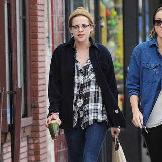 Kristen Stewart Hanging Out with Bestfriend on Christmas Eve