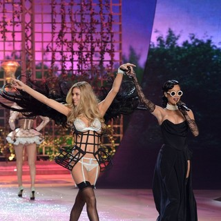 Doutzen Kroes, Rihanna in The 2012 Victoria's Secret Fashion Show - Inside