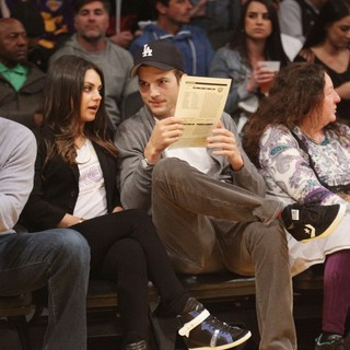 Ashton Kutcher in Celebrities Watch The LA Lakers vs. Phoenix Suns - kunis-kutcher-watch-the-la-lakers-vs-phoenix-suns-01