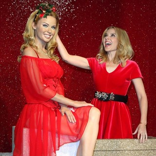 Kylie Minogue - Kylie Minogue Face to Face with Her Waxwork Figure