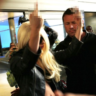 lady gaga arrives at lax airport 02 Pictures: Lady GaGa Gives Paparazzi Middle Finger Salute