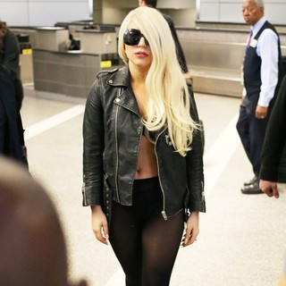 lady gaga arrives at lax airport 03 Pictures: Lady GaGa Gives Paparazzi Middle Finger Salute
