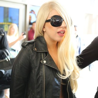 lady gaga arrives at lax airport 05 Pictures: Lady GaGa Gives Paparazzi Middle Finger Salute